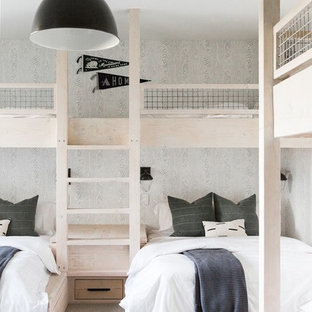 Foto på ett stort lantligt könsneutralt barnrum kombinerat med sovrum, med heltäckningsmatta, grått golv och grå väggar