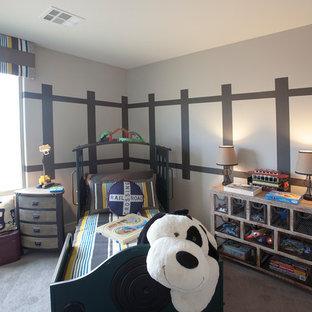 Foto di una piccola cameretta per bambini da 4 a 10 anni bohémian con pareti beige e moquette