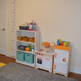 Idee per una piccola cameretta per bambini da 1 a 3 anni tradizionale con pareti beige, pavimento in legno massello medio e pavimento marrone