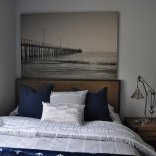 Diseño de dormitorio infantil costero, grande, con paredes grises y suelo de bambú
