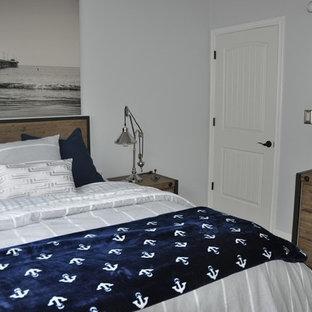Ejemplo de dormitorio infantil costero, grande, con suelo de bambú y paredes grises