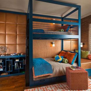 Idéer för ett klassiskt barnrum kombinerat med sovrum och för 4-10-åringar, med mellanmörkt trägolv och bruna väggar