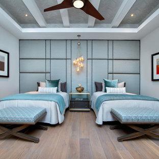 Foto di una grande cameretta per bambini stile marino con pareti grigie, pavimento marrone e soffitto a cassettoni