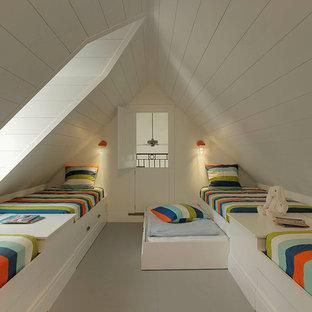 На фото: нейтральная детская среднего размера в стиле кантри с спальным местом, белыми стенами и деревянным полом для ребенка от 4 до 10 лет с