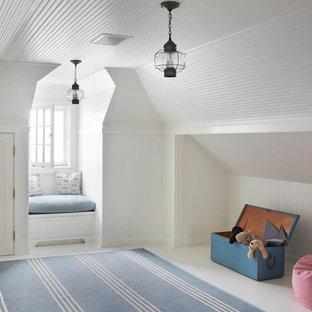 Imagen de dormitorio infantil de 4 a 10 años, marinero, de tamaño medio, con paredes blancas y suelo de madera pintada