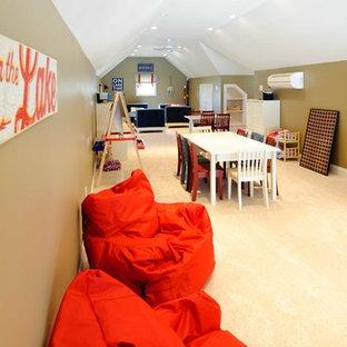 Ispirazione per una grande cameretta per bambini da 4 a 10 anni stile americano con moquette, pareti marroni e pavimento beige