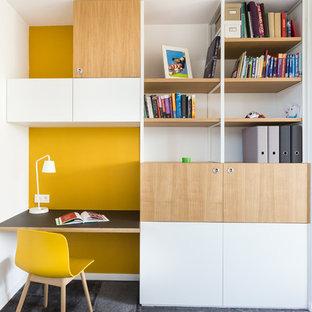 Cette photo montre une chambre d'enfant tendance avec moquette, un mur multicolore et un sol noir.
