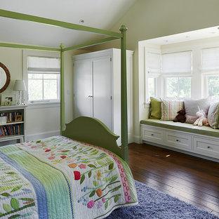 Immagine di una cameretta per bambini classica con pareti bianche e parquet scuro