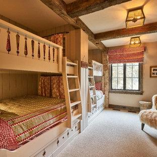 Ispirazione per una cameretta per bambini da 4 a 10 anni rustica di medie dimensioni con pareti beige, moquette e pavimento grigio