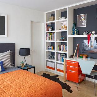 Пример оригинального дизайна: детская в стиле ретро с спальным местом, светлым паркетным полом и разноцветными стенами для мальчика