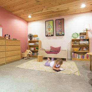 Inspiration för ett lantligt flickrum kombinerat med sovrum och för 4-10-åringar, med betonggolv, grått golv och flerfärgade väggar