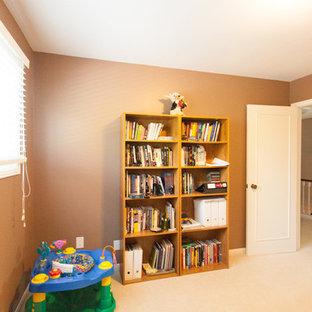 Idee per una cameretta per bambini da 1 a 3 anni classica di medie dimensioni con pareti marroni e moquette