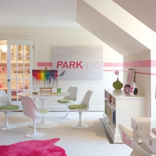 Idéer för ett stort modernt barnrum kombinerat med skrivbord, med heltäckningsmatta och flerfärgade väggar