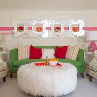 Inspiration för ett stort funkis barnrum kombinerat med sovrum, med flerfärgade väggar och heltäckningsmatta