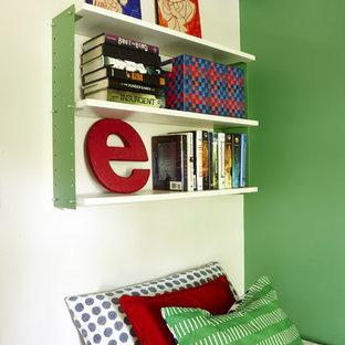 Inspiration pour une petite chambre d'enfant minimaliste avec un mur blanc et un sol en bois clair.