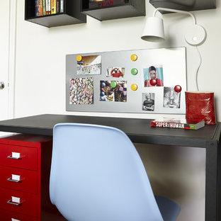 Bild på ett litet funkis barnrum kombinerat med sovrum, med vita väggar och ljust trägolv