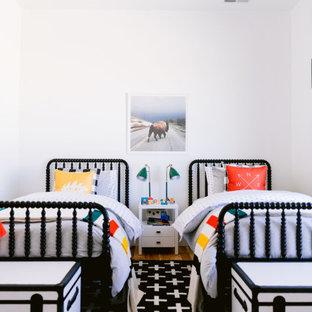 Cette image montre une grand chambre d'enfant chalet en bois avec un mur blanc, un sol en bois clair et un sol gris.