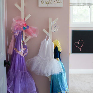 Ispirazione per una cameretta per bambini da 4 a 10 anni eclettica di medie dimensioni con pareti rosa, moquette e pavimento beige