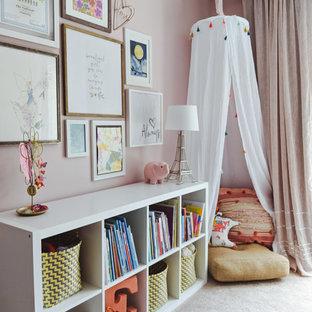 Idee per una cameretta per bambini da 4 a 10 anni classica di medie dimensioni con pareti rosa, moquette e pavimento beige