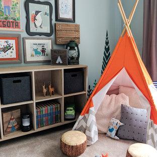 Mittelgroßes, Neutrales Stilmix Kinderzimmer mit Schlafplatz, blauer Wandfarbe, Teppichboden und beigem Boden in Sonstige