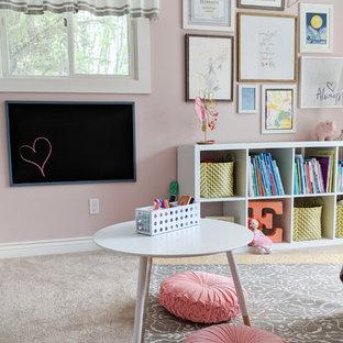 Immagine di una cameretta per bambini da 4 a 10 anni chic di medie dimensioni con pareti rosa, moquette e pavimento beige