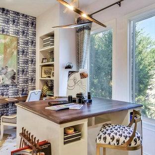 Inredning av ett modernt stort barnrum kombinerat med skrivbord, med flerfärgade väggar, målat trägolv och flerfärgat golv