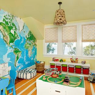 Esempio di una stanza dei giochi stile marino con pareti gialle