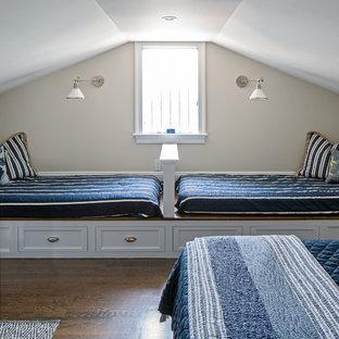 Ispirazione per una cameretta per bambini da 4 a 10 anni costiera con pareti beige, parquet scuro e pavimento marrone