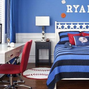Mittelgroßes Klassisches Kinderzimmer mit Schlafplatz, blauer Wandfarbe, dunklem Holzboden und braunem Boden in New York