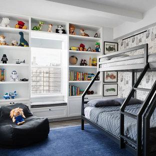 Modernes Kinderzimmer mit Schlafplatz, weißer Wandfarbe, dunklem Holzboden und braunem Boden in New York
