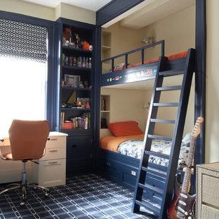 Inredning av ett klassiskt mellanstort pojkrum kombinerat med sovrum och för 4-10-åringar, med beige väggar, heltäckningsmatta och blått golv