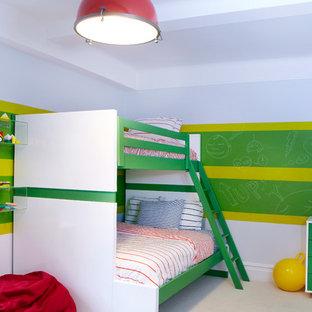 Ispirazione per una grande cameretta per bambini da 4 a 10 anni boho chic con moquette e pareti multicolore
