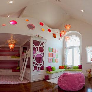 Idée de décoration pour une grande chambre de fille de 4 à 10 ans tradition avec un mur blanc, un sol en bois foncé et un sol marron.