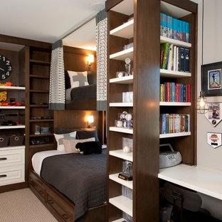 Inredning av ett klassiskt barnrum kombinerat med sovrum, med heltäckningsmatta och flerfärgade väggar