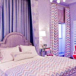 Cette image montre une chambre d'enfant bohème avec un mur violet.