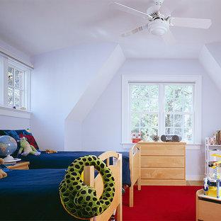 Пример оригинального дизайна: нейтральная детская среднего размера в классическом стиле с спальным местом, белыми стенами, ковровым покрытием и красным полом для ребенка от 4 до 10 лет