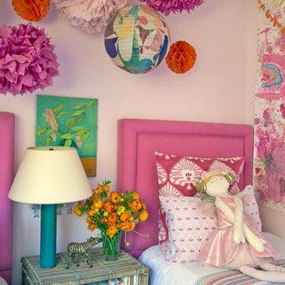 Cette image montre une chambre d'enfant de 4 à 10 ans traditionnelle de taille moyenne avec un mur rose et moquette.