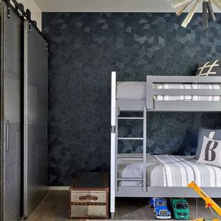 Réalisation d'une chambre d'enfant de 4 à 10 ans design avec un mur noir et un sol en bois foncé.