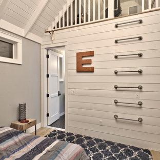Foto de dormitorio infantil de estilo de casa de campo, grande, con paredes grises, suelo de madera clara y suelo marrón