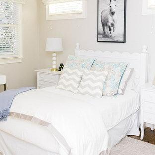 Ejemplo de dormitorio infantil campestre con paredes beige, suelo de madera oscura y suelo marrón