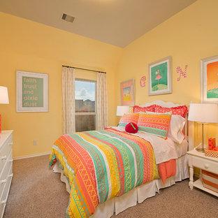 Diseño de dormitorio infantil clásico con paredes amarillas y moqueta