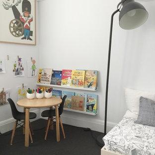 Diseño de dormitorio infantil de 4 a 10 años, minimalista, grande, con paredes blancas y moqueta