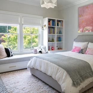 Modelo de dormitorio infantil de 4 a 10 años, clásico renovado, grande, con paredes grises, suelo de madera oscura y suelo marrón
