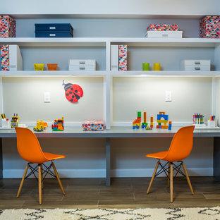 Foto de habitación infantil unisex de 4 a 10 años, contemporánea, de tamaño medio, con escritorio, paredes grises, suelo de baldosas de porcelana y suelo marrón