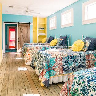 Inspiration för ett lantligt barnrum kombinerat med sovrum, med blå väggar, ljust trägolv och brunt golv