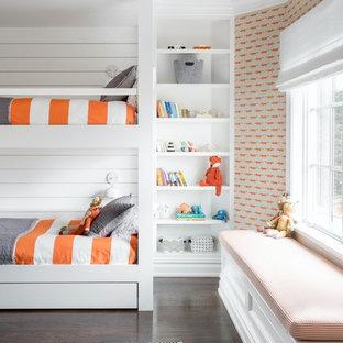 Inspiration för mycket stora klassiska könsneutrala barnrum kombinerat med sovrum och för 4-10-åringar, med orange väggar, mörkt trägolv och brunt golv