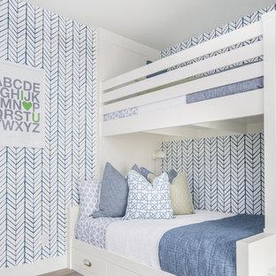 Aménagement d'une chambre d'enfant de 4 à 10 ans méditerranéenne avec un sol en bois clair, un mur multicolore et un sol beige.