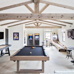 Bild på ett mycket stort medelhavsstil könsneutralt tonårsrum kombinerat med lekrum, med vita väggar, ljust trägolv och beiget golv