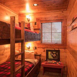 Idee per una cameretta da letto stile rurale con pareti marroni e moquette