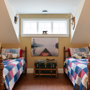 Diseño de dormitorio infantil de 4 a 10 años, rústico, con suelo de madera en tonos medios y paredes amarillas